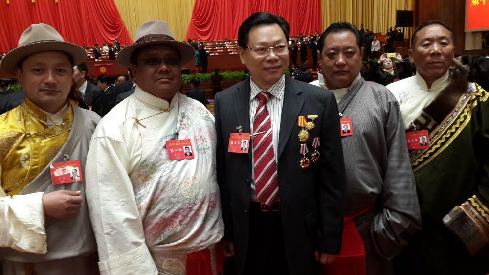 在人民大會堂與參加十六大工會少數民族代表團合影