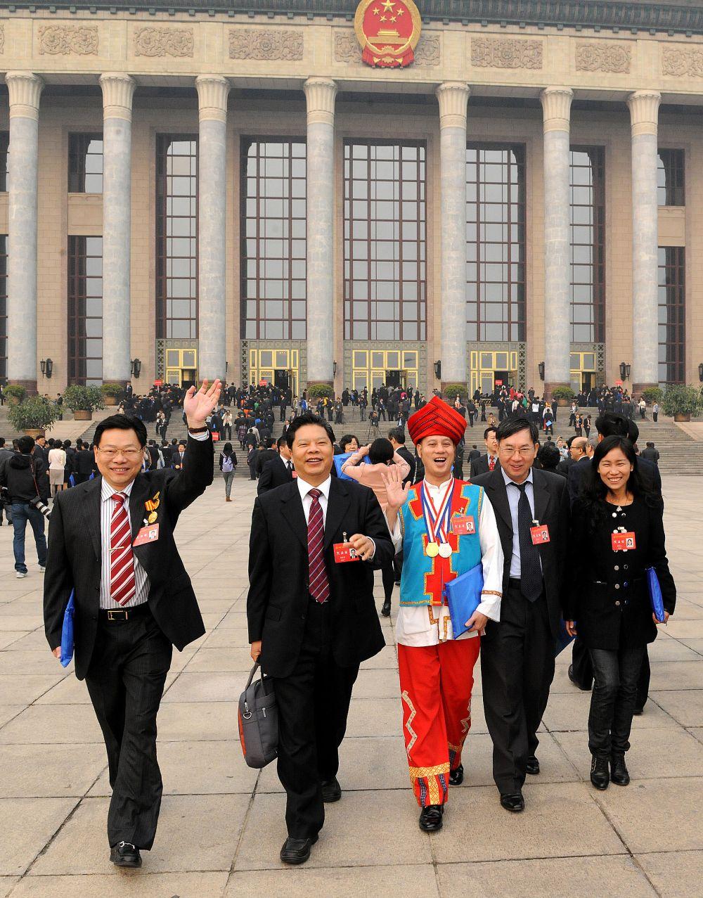 市人大常委會副主任、市總工會主席朱挺青、廣東百業投資集團董事長鐘期等中國工會十六大代表走出會場 (1)