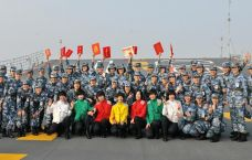 中国航母近百名女兵集体亮相 遍布各作战岗位