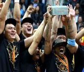 高清:北京夺冠全队狂欢 马布里怒吼举起至尊鼎