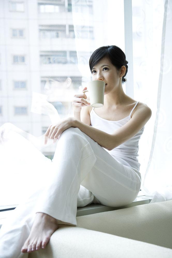 手绘喝咖啡的美女图片