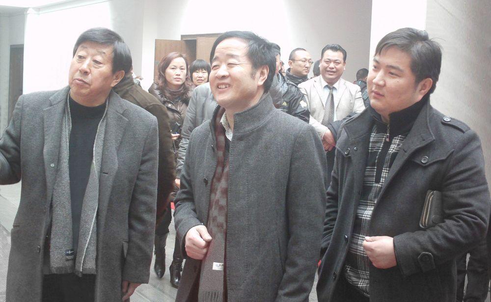 刘建飞(右一)陪同领导参观毛笔博物馆