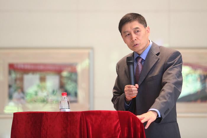 课题组负责人俞乔讲解报告