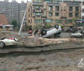 高清:台湾高雄燃气爆炸现场道路被掀 犹如战场