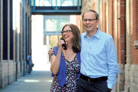 p79 梯若尔和妻子分享获奖喜悦 CFP