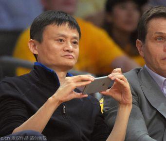 中国首富马云现场助威NBA 坐第一排掏手机狂拍