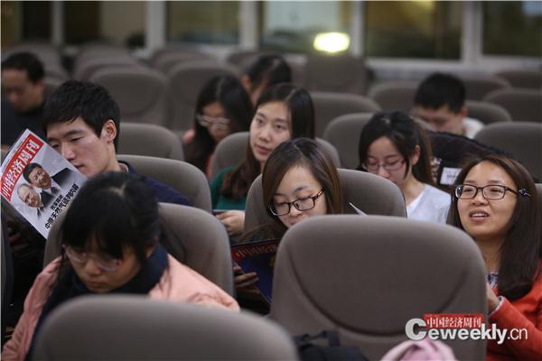 8同学们现场翻阅着《中国经济周刊》
