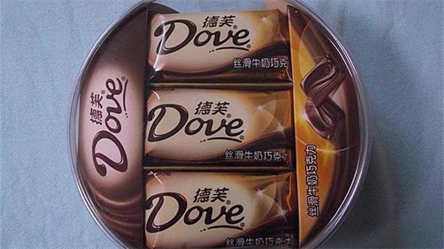 德芙巧克力吃出圆形金属片:疑似耳环扣