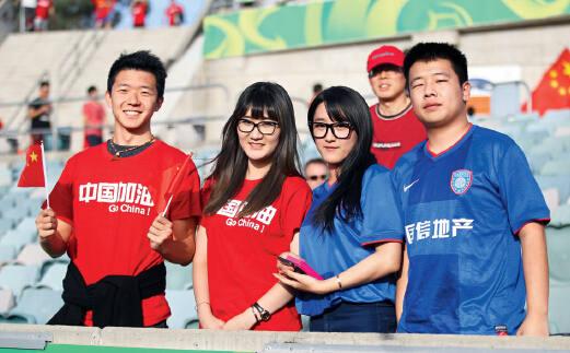 在本届亚洲杯的赛场上,经常能看到身穿各中超俱乐部球衣的球迷。