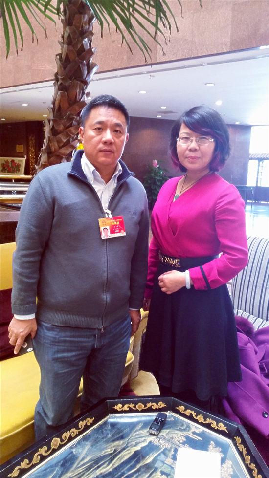 刘伟(左)与记者合影