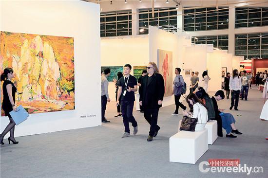 p083-1 艺术北京今年共吸引了超过8 万人次到场,98% 的参展商均有交易。 《中国经济周刊》记者 肖翊 摄