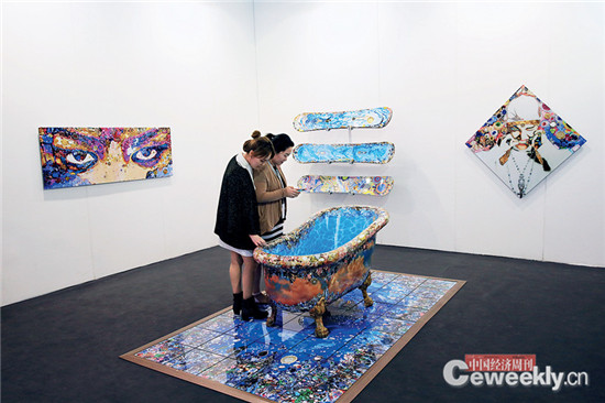"""p083-3 今年艺术北京首次推出""""设计北京"""",数十家设计品牌和机构齐聚在设计馆3000 多平方米的展览空间里。《中国经济周刊》记者 肖翊 摄"""