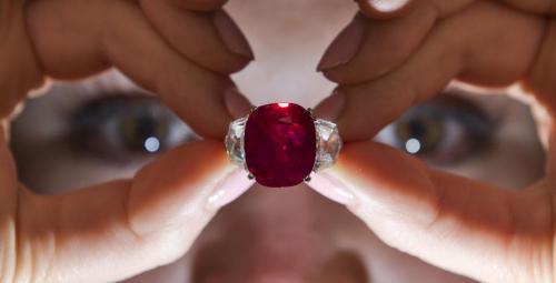 25克拉鸽血红宝石以超3000万美元拍卖创世界纪录