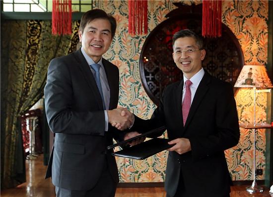 凯德集团总裁兼首席执行官林明彦先生(左)与新加坡能源集团总裁黄锦贤先生(右)出席签约仪式  _凯德公司提供