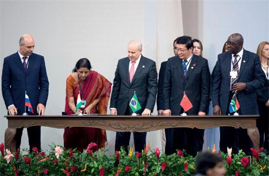 月15日举行的金砖国家领导人第六次会晤期间,金砖国家财政部长在图片