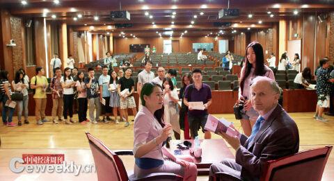 p30 科勒德克坦言自己是来中国学习与取经的。图为签名赠书现场。《中国经济周刊》记者 肖翊I摄
