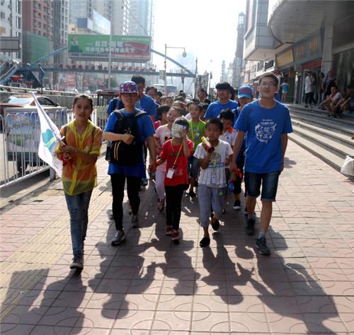 兰大志愿者带孩子们观看《美人鱼》电影首映_