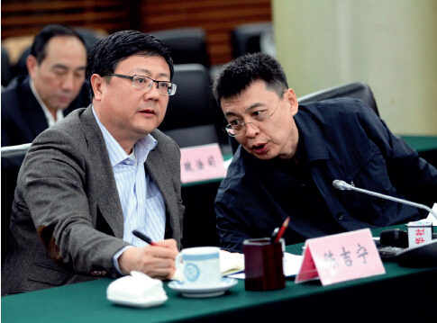 P36-2015 年3 月1 日,正式上任仅48 小时的环保部部长陈吉宁( 左) 在环保部副部长潘岳的陪同下与记者座谈。