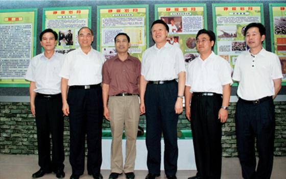 p6-2+2008年,時任廣東省委常委、副省長、現任省人大常委會副主任肖志恒(右三)