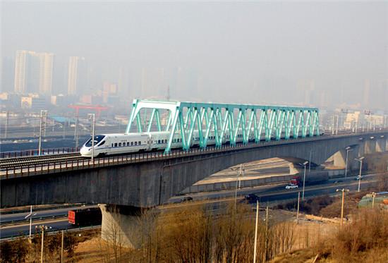 p14+動車行駛在由二十一局集團承建的蘭新鐵路線上