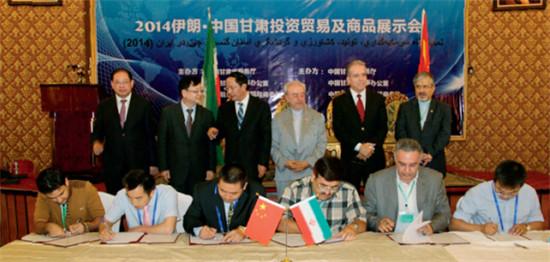 p17-1+甘肅省委副書記歐陽堅(后排左三)在伊朗出席簽約儀式