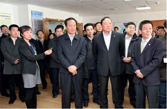 p7-宁夏回族自治区党委书记李建华一行深入开发区调研,听取汇报。