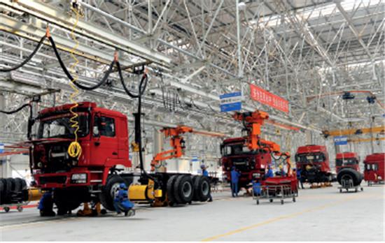 p86-2 淮南经济技术开发区内,以液化天然气为动力的陕汽重卡新能源汽车下线。