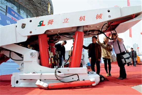 p86-4 安徽省煤机装备在(淮南)产需对接会上展示。