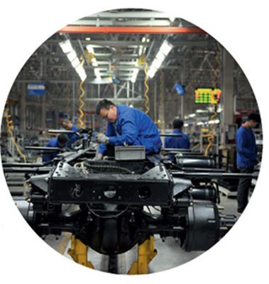 p86-1 淮南经济技术开发区内,陕汽重卡淮南新能源汽车进行组装。