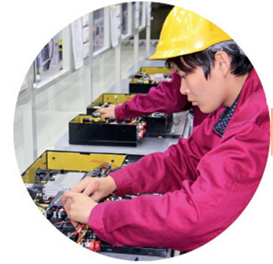p90-4 欧鹏巴赫车间工人正在进行高压箱组装