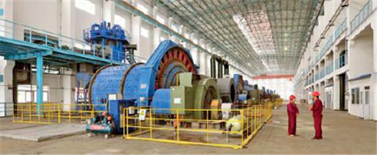 p92-2霍邱县铁矿生产区工人们正在操作生产
