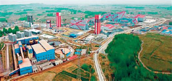 霍邱铁矿是华东地区最大的铁矿——开发矿区一瞥 霍邱县经济开发区于2006年4月经省政府批准,规划面积30平方公里,中心区规划面积5.4平方公里,主要产业是黑色金属冶炼及压延加工业、非金属矿物制品业、通用设备制造业及配套服务业。交通便捷,紧邻淮河500吨级周集港码头和阜六高速公路、阜六铁路。 经探明,该开发区辖区内有9个地下大中型铁矿床和15个零星铁矿点,已探明表内储量16.