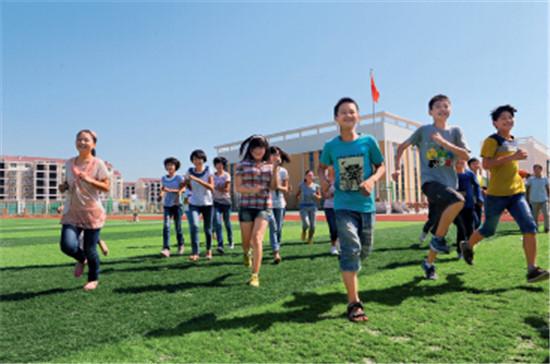 p111-3淮南凤台凤凰中学新校园内,孩子们在快乐奔跑。