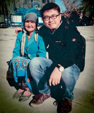 p29 本刊记者曹煦与依麻木乡库尔干村孤寡老人提拉罕·艾依提的合影