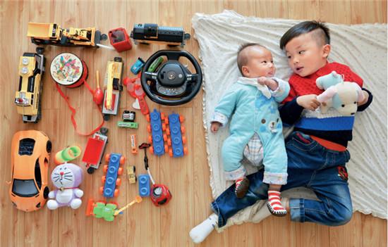 """P46-1 贵阳,一个""""单独二孩""""家庭。在放开""""全面二孩""""之前,2013 年中共十八届三中全会决定启动实施""""单独二孩""""政策。"""