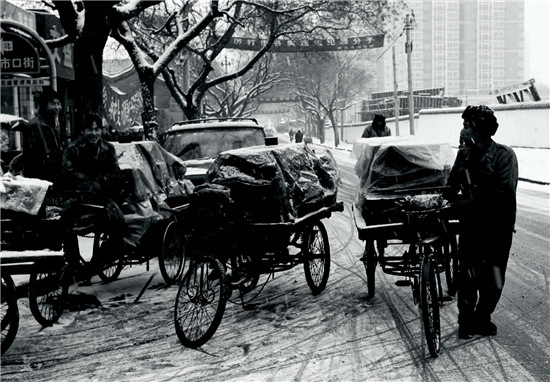 p47-2 2002 年12 月 北京一周内大雪连小雪,气温骤降,平房居民取暖用煤量大增,送煤工忙了起来。他们说,雪天生意好得很,比平常多挣一倍还多。