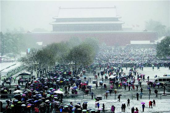 p49-3 2015 年11 月22 日数万名游客冒雪排队游故宫。图片来源:CFP