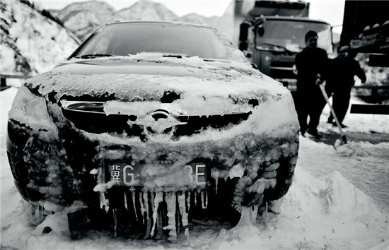 p48-4 2012 年11 月3 日八达岭高速降下暴雪,当晚7 时许,八达岭高速石佛寺二号隧道附近,数千辆车、约4000 人被大雪困住。