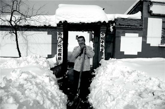 p49-1 2012 年11 月5 日延庆县遭遇1960年以来的最大降雪。全县57 个村供电中断,7000 余户居民正常生活受到影响。