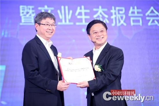 2事业部成立大会上,中国工程院院士李德毅、奇瑞汽车董事长尹同跃、比亚迪董事长王传福等业内知名汽车自动驾驶专家和企业家受聘百度自动驾驶顾问,并获颁了顾问证书。