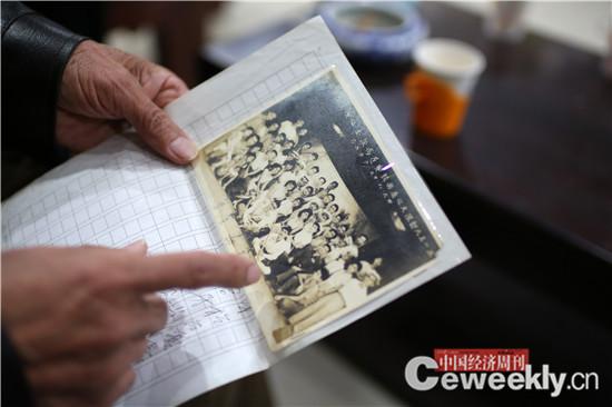 p44-1 涂金灿公司的业务一般是用户相互介绍的,公司会在老年人喜欢的报纸杂志上做宣传,也有年轻人带着老照片和资料来给爷爷奶奶做传记的。