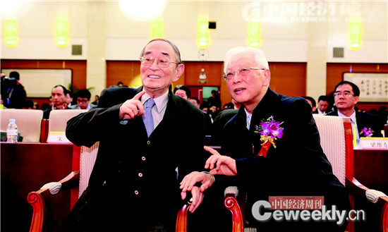 p033 厉以宁(左)与第十一届全国人大常委会副委员长周铁农在论坛现场亲切交流。_副本
