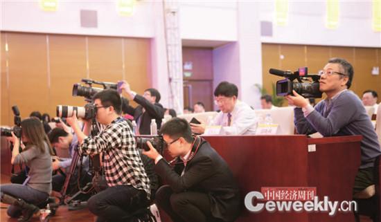 p114-3 中国经济周刊摄影工作室的小伙伴拍摄了众多精彩瞬间,却难得有一张自己的合影。