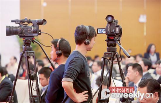 """p114-5 摄像小哥尽职尽责练了一天""""站功"""",只为给未能亲临现场的人们奉献一场精彩的现场直播。"""
