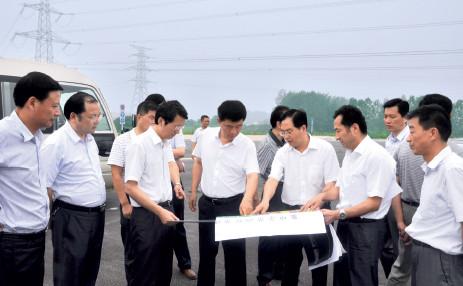 p72 六安市委书记孙云飞(左四)在裕安区委书记汪龙照( 左一) 等陪同下到示范园区调研,六安集中示范园区管委会主任张振富(右三)介绍园区发展情况。