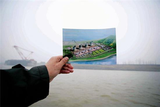 p78 2012年2月22日。在长江的行船上就可以看到彭泽核电厂选址的地方。《中国经济周刊》资料库