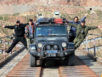 p18-1 龚循明(右一)韩子丰(右二)李泉(左一)熊亚辉(左二)等艺术家们深入西藏采风