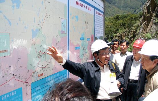 p24 作者在西藏林芝老虎嘴水电站向马凯主任介绍西藏电力规划