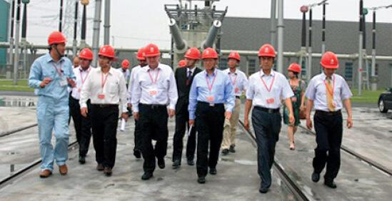 p25 作者陪同巴西能源部长参观上海奉贤800 千伏直流换流站