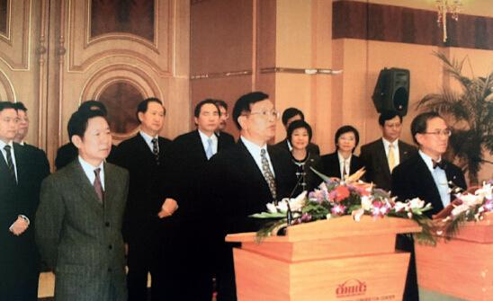 p26 受中央政府委托,本文作者张国宝与时任香港特首曾荫权签署大陆向香港20 年供电、供气备忘录,之后共同举行记者招待会。